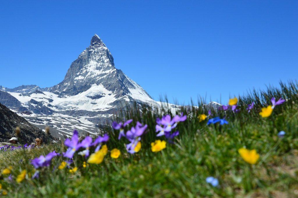 """Der Berg """"Matterhorn"""" in den Alpen gilt als Wahrzeichen der Schweiz."""